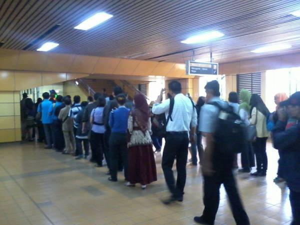 Antrian tap out Stasiun Gondangdia