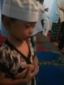 foto ini diambil saat Kai sholat tarawih di masjid