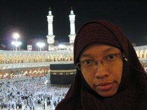 Foto kenangan saat haji tahun 2006. Semoga Allah izinkan kembali mengunjungi Baitullah sekeluarga, amiin.