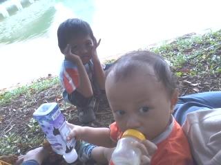 Kai & Qudsi bergaya di pinggir danau UI